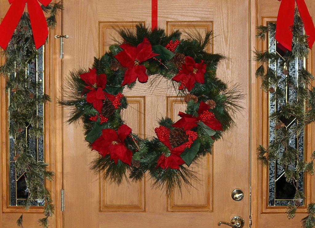 クリスマスの飾りで玄関を華やかに!オススメの飾りをご紹介